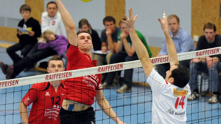Marcin Malicki (links, Laufenburg) steigt für Philippe Tuccelli (rechts, Lutry) zu hoch.