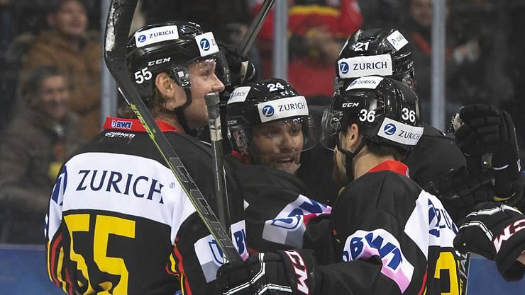 Die SCB-Spieler mit Zack Boychuck, Calle Andersson und Simon Moser (von links) können nach einem 3:4-Rückstand doch noch jubeln