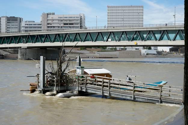 Der Rhein oberhalb der Dreirosenbrücke überspült leicht die untere Rheinpromenade.