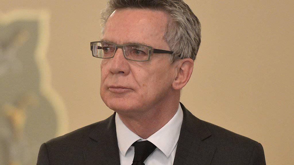 Der deutsche Innenminister Thomas de Maizière sagte zum Auftakt einer Flüchtlingskonferenz in Genf, dass Mikration auch eine «dunkle Seite» habe. (Archiv)