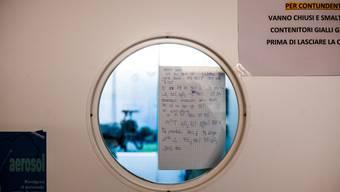 Eine Notiz für die Ärzte klebt an der Türe zur Intensivstation der Coronavirus-Patienten im Kantonsspital La Carità in Locarno.