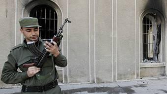 Ein syrischer Soldat prüft seine Waffe (Archiv)
