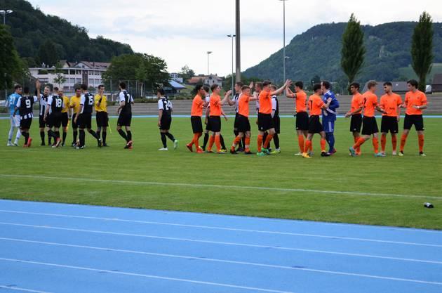 Die Brugger bezwingen Küttigen klar mit 4:0 und spielen am Dienstag in Tägerig gegen Sarmenstorf um den Aufstieg in die 2. Liga.Vor dem Spiel begrüssen sich die Küttiger (orange Tenues) und die Brugger Spieler.