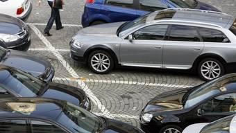Freie Parkplätze sind oft rar  – auch in Lenzburg. Die Stadt möchte nun Abhilfe schaffen. (Symbolbild)