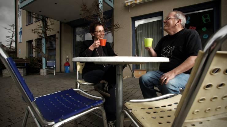 Beim Kaffee mit einem Bewohner findet Lucia Lanz Ablenkung vom stressigen Alltag.  chris iseli