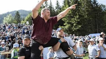 Christian Stucki feiert 2018 seinen Sieg beim Bergkranzfest am Schwarzsee.