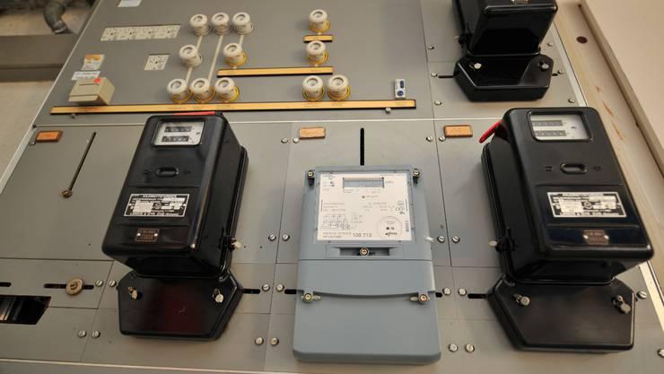 Die Stromzähler laufen auch nächstes Jahr – aber die Kilowattstunde Strom wird dank tieferer Netznutzungskosten günstiger.  Archiv/OM
