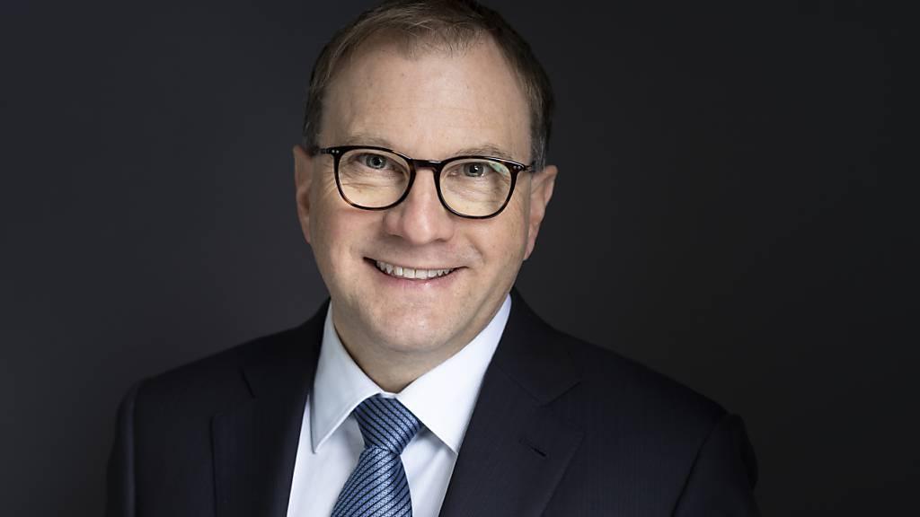 Für Swissmem-Präsident Martin Hirzel ist eine Erhöhung des Benzinpreises ein gangbarer Weg. (Archiv)