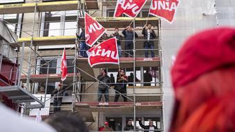 Ende eines langen Streits: Baumeister und Gewerkschaften haben nach Verhandlungsabrüchen und Streiks sich auf einen neuen Landesmantelvertrag geeinigt. (Bild: Protesttag der Gewerkschaft Unia in Zürich am 10. November 2015)