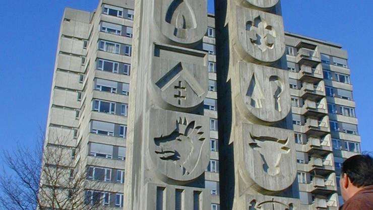 Die Stele vor dem Spital mit den Wappen der Furttaler (links) und Limmattaler Gemeinden. Die linke Stele wurde 2003 enthüllt. jk