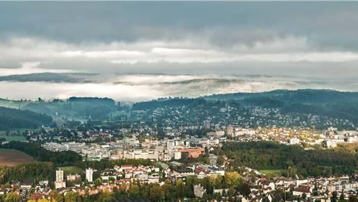Diese Fotografie wurde von der Schartenfluh aufgenommen. Man sieht von links nach rechts Aesch, Ettingen, Hofstetten, Reinach, Dornach, Arlesheim und das Bruderholz.
