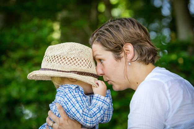 Die Aargauer Grünen-Grossrätin Kim Schweri albert mit ihrem Sohn Noé im Schatten.