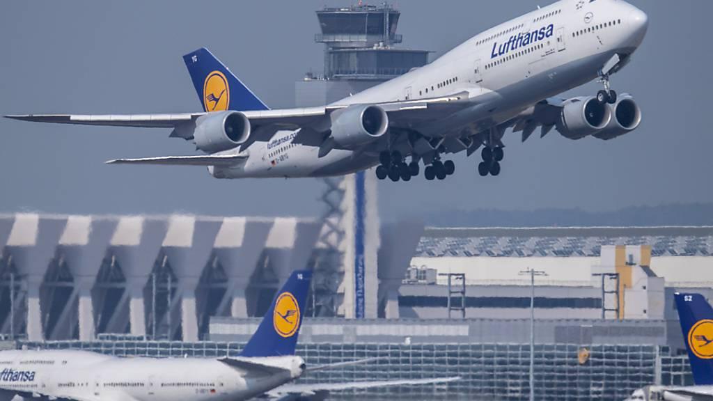 ARCHIV - Die Fluggesellschaft Lufthansa verzichtet an Bord auf Begrüßung «Damen und Herren». Stattdessen sollen die Crews ihre Gäste mit geschlechtsneutralen Formulierungen an Bord willkommen heißen. Foto: Boris Roessler/dpa Foto: Boris Roessler/dpa