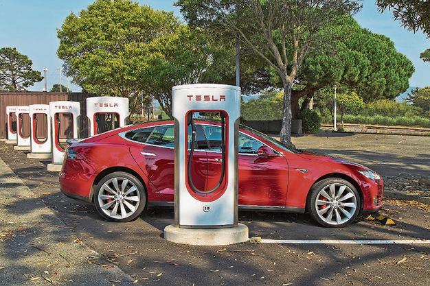 Ein Tesla S an einer Super-Charger- Stromtankstelle.