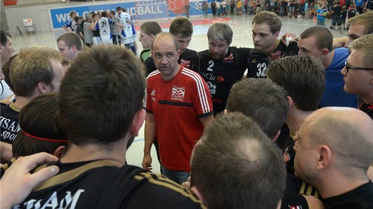 Trainer Thomas Reichmuth informiert seine Spieler, dass der direkte Aufstieg verpasst wurde.