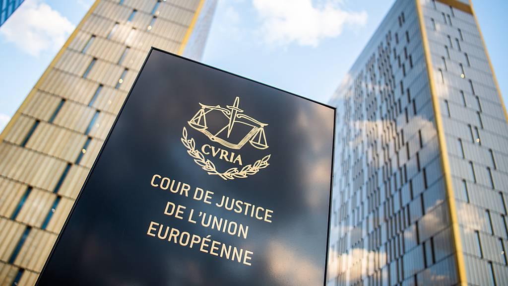 ARCHIV - Ein Schild mit der Aufschrift «Cour de Justice de l'union Européene» steht vor den Bürotürmen des Europäischen Gerichtshofs im Europaviertel auf dem Kirchberg. Am Mittwoch (06.10.2021) soll ein EuGH-Urteil zur Unabhängigkeit der Justiz in Polen gefällt werden. Foto: Arne Immanuel Bänsch/dpa
