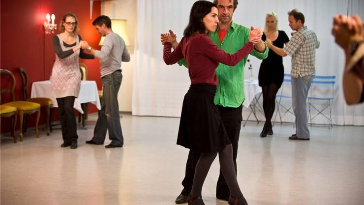 Die Tanzlehrer Gisela und Oliver Stern zeigen den Tanzpaaren die Schritte.Annika Bütschi