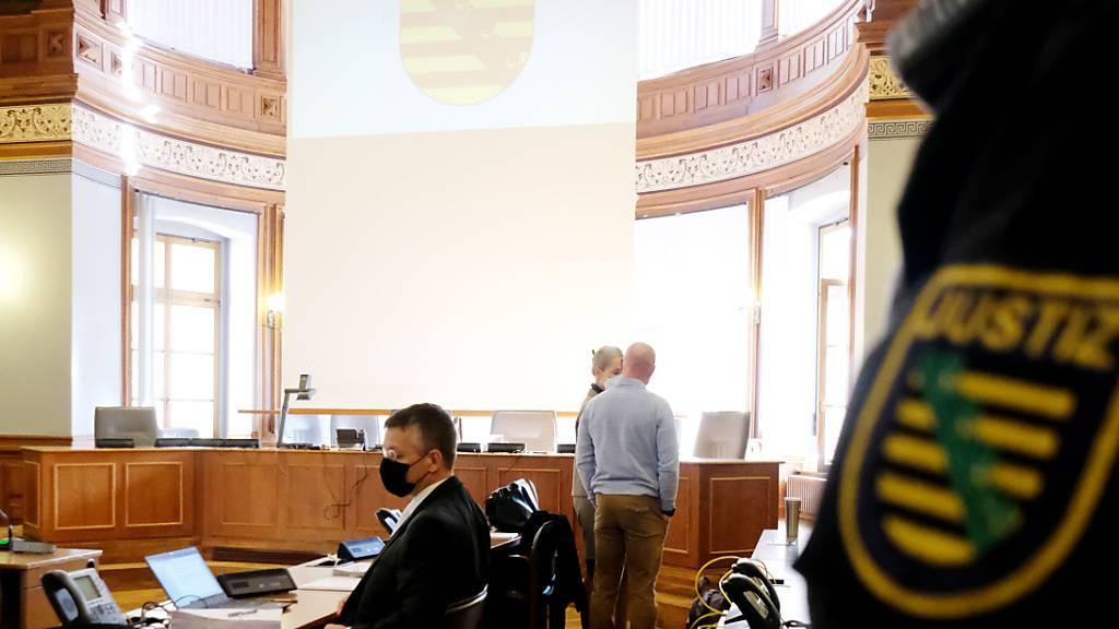 Der Angeklagte (M), ein ehemaliger Bundeswehrsoldat des Kommandos Spezialkräfte (KSK), spricht in einem Saal des Landgerichts mit seiner Anwältin. Bei dem Angeklagten waren im Mai 2020 ein illegales Waffenlager sowie Schriften mit rechtsextremen Inhalten entdeckt worden. Dem 46-Jährigen werden Verstöße gegen das Kriegswaffenkontrollgesetz, das Waffengesetz und das Sprengstoffgesetz vorgeworfen. Foto: Sebastian Willnow/dpa-Zentralbild/dpa
