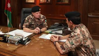 König Abdullah mit seinem Generalstabschef nach den Angriffen auf den IS.