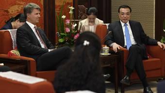 Die Konzernführung des deutschen Autobauers BMW hat sich am Donnerstag mit dem chinesischen Premier Li Keqiang (rechts) in Peking getroffen.