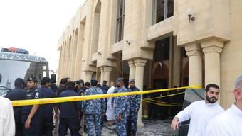 Sicherheitskräfte und Behördenvertreter nach dem Anschlag vor der  Imam-Sadik-Moschee im Osten der Hauptstadt Kuwait-Stadt.