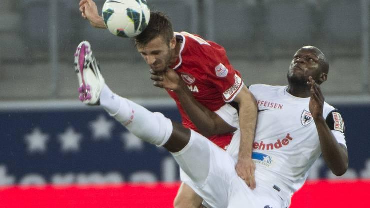 Thuns Martinez und Aaraus Nganga im Zweikampf