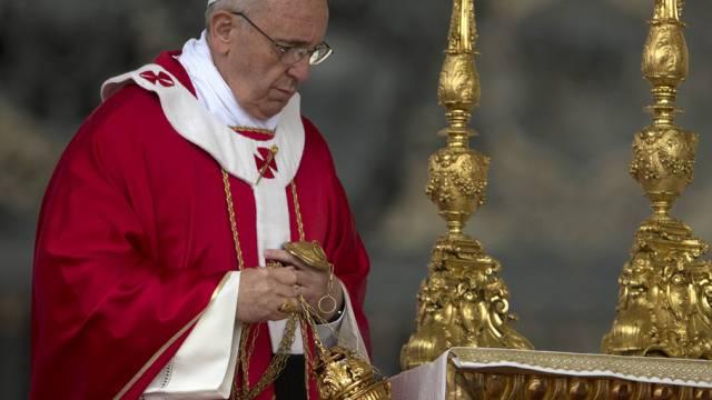 Papst Franziskus feiert auf dem Petersplatz die Pfingstmesse