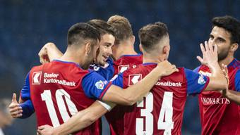Die Spieler des FC Basel jubeln über den souveränen Sieg.