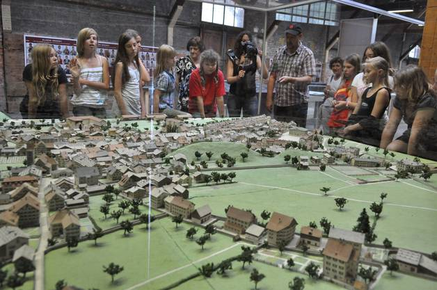 Am Modell von Alt-Glarus erläutert Stadtführer Kaspar Marti den Kindern , wie Glarus vor dem Brand aussah
