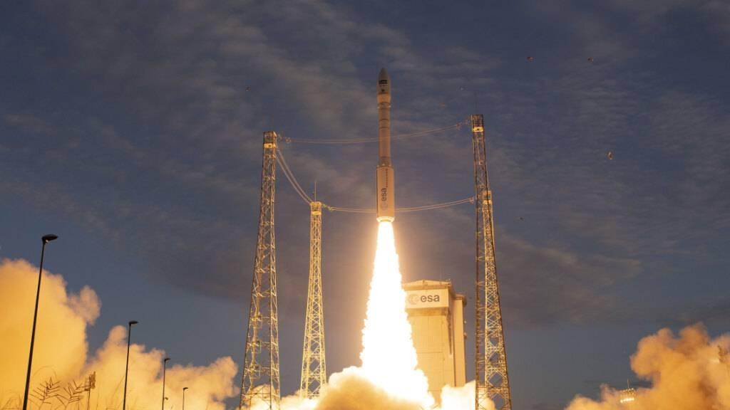 ARCHIV - Eine Vega-Trägerrakete startet auf dem europäischen Weltraumbahnhof in Kourou, Frankreich. Nach dem Absturz einer europäischen Vega-Rakete im vergangenen Herbst ist zum Mal wieder eine Rakete diesen Typs ins All gestartet. An Bord sind diesmal ein Erdbeobachtungssatellit und vier Hilfssatelliten. Foto: Stephane Corvaja/ESA/dpa - ACHTUNG: Nur zur redaktionellen Verwendung und nur mit vollständiger Nennung des vorstehenden Credits