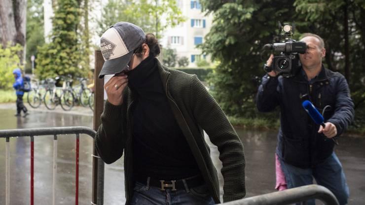 Ein Angeklagter vermummt sich, um gestern unerkannt ins Winterthurer Bezirksgericht gelangen zu können.