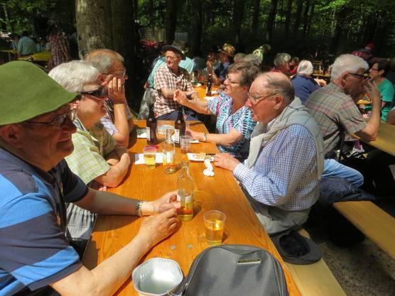 Jung und alt trifft sich dann oben im Wald