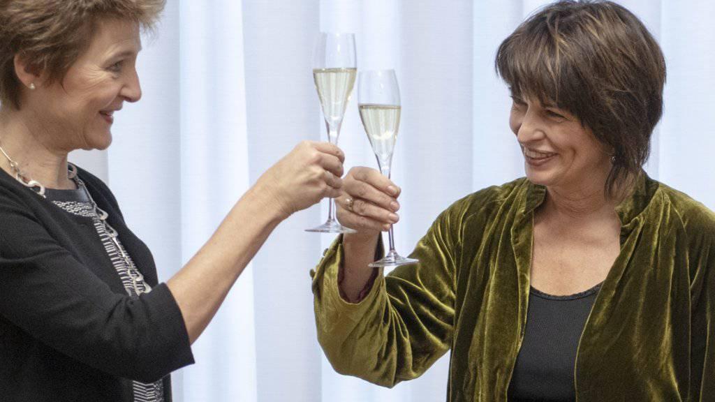 Bundesrätin Doris Leuthard, rechts, stösst mit Bundesrätin Simonetta Sommaruga auf die Departementsübergabe an.