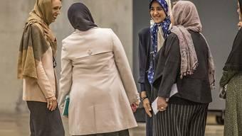 Die neuseeländische Premierministerin Jacinda Ardern (l) spricht mit muslimischen Frauen vor dem Freitagsgebet in Christchurch. Dort waren vor einem Jahr 51 Menschen von einem australischen Rassisten erschossen worden. (Foto: John Kirk-Anderson/AP Keystone-SDA)