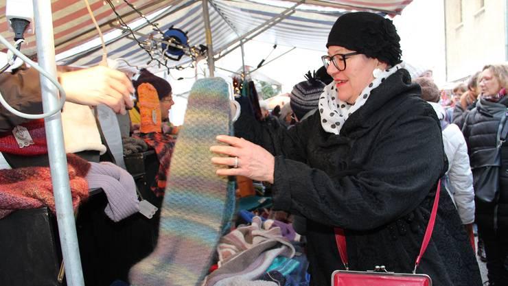 Begehrte Weihnachtsgeschenke am Adventsmarkt: Judith Gysi schickt ihrer Schwester in Toronto einen Schal.