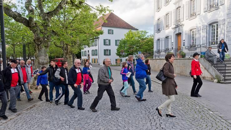 Stadtpräsidentin Jolanda Urech im braunen Mantel voraus: Es zählt jede Minute, das Gemeindeduell mit Zofingen im Rahmen von «Schweiz.bewegt 2014» will man unbedingt gewinnen.