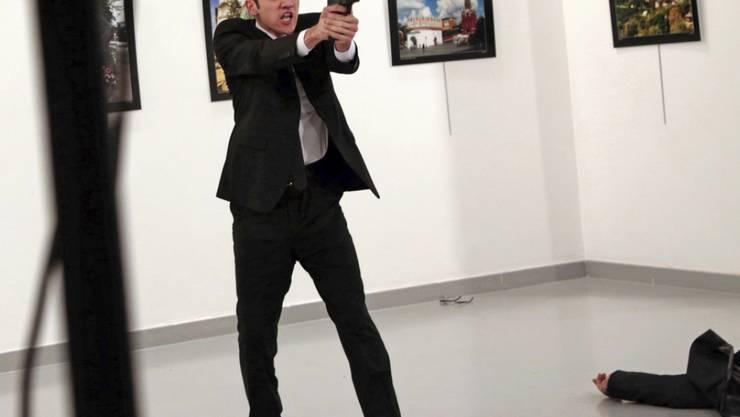 Das Foto des türkischen Fotografen Burhan Ozbilici ist als bestes Pressefoto ausgezeichnet worden. Das Bild zeigt das Attentat auf den russischen Botschafter in Ankara im Dezember 2016.