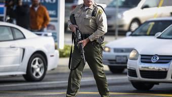Bewaffneter Beamter bei einem Einsatz im kalifornischen San Bernardino (Archiv)