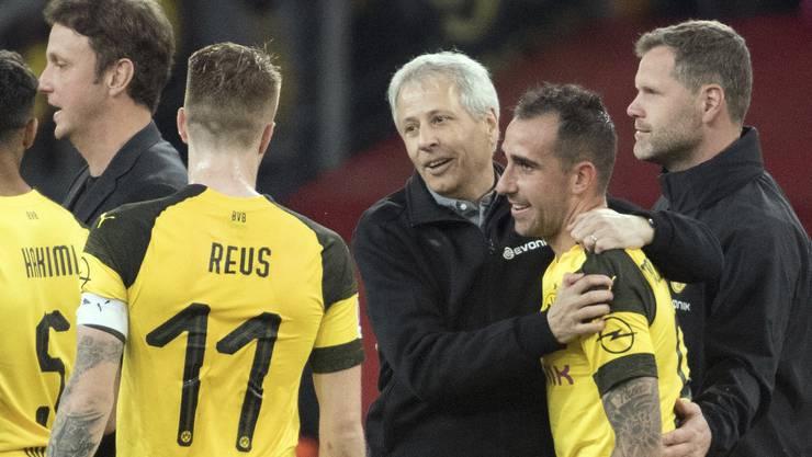 Lucien Favre herzt Paco Alcacer nach dem 4:3-Sieg gegen Augsburg. Sechs Liga-Tore schoss der Spanier für den BVB, immer hatte Favre ihn eingewechselt.