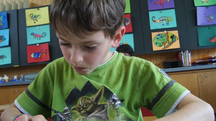 Konzentriert lernt Danilo auf dem iPad