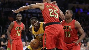 Thabo Sefolosha (im Vordergrund mit dem Rücken zum Bild) verteidigte bei den Los Angeles Lakers erfolgreich