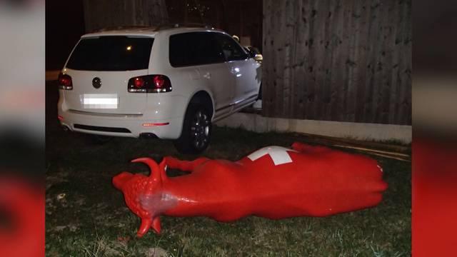 Suff-Fahrt: Betrunkener rammt Plastikkuh und Hauswand
