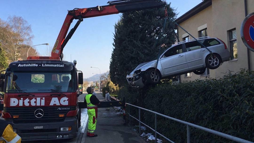 Die Feuerwehr musste das verunfallte Auto mit dem Kran herausheben.