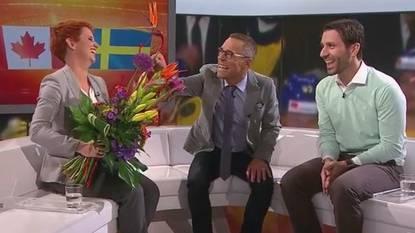 Matthias Hüppi überraschte Steffi Buchli in ihrer letzten Sendung mit einem auffälligen Blumenstrauss.