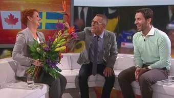 Matthias Hüppi überraschte Steffi Buchli in ihrer letzten Sendung mit einem auffälligen Blumenstrauss. Rechts: Eishockey-Experte Lars Weibel.