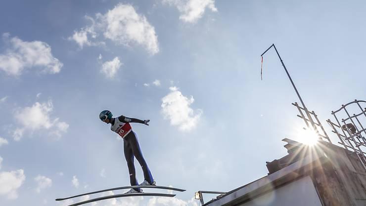 Die entscheidende Phase: Ein Skispringer beim Absprung.
