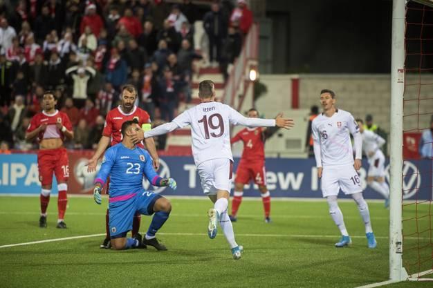 Cedric Itten (Mitte) traf nach seinem erfolgreichen Debüt gegen Georgien auch gegen Gibraltar