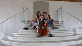 Maureen Buob (16, Geige und Konzertmeisterin), Jamin Streit (11, Cello) und Jonas Achermann (15, Geige, Klavier und Komponist, von links) freuen sich aufs Konzert.