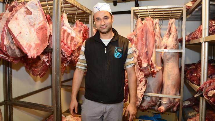 Neçmi AydogansVater hat die Halal-Schlachtungen in Hinwil vor einigen Jahren angeregt. Vom Schlachthof landet das Halal-Fleisch direkt im Kühlraum seiner Metzgerei in Siebnen.