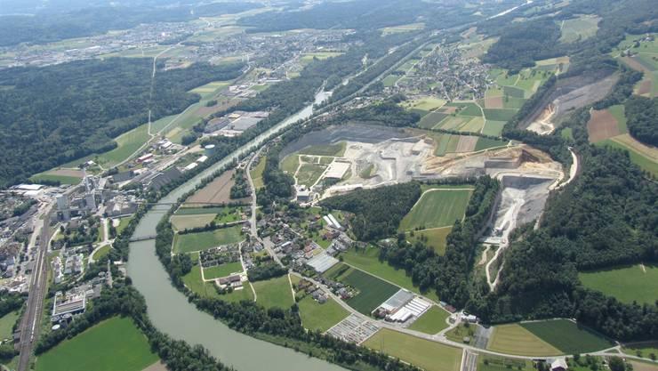 Vogelschau auf die drei Abbaugebiete Jakobsberg (links) sowie Oberegg (oben) und Unteregg (unten, Richtung Veltheim). Die Erweiterung Jakobsberg-Egg plant die Jura Cement zum Grossteil Richtung Auenstein. IG Gisliflue